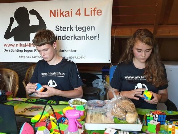 Rick en Lilian lossen in IJsselmuiden 24 uur kubussen op voor goede doel