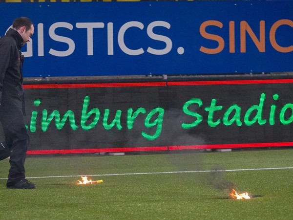 Roda JC - FC Twente kort stilgelegd nadat Twente-fans vuurwerk op het veld gooien