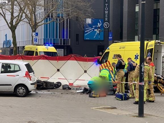 Scooterrijder zwaargewond na botsing met auto op kruising in Eindhoven