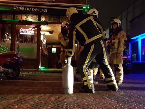 Brandweer rukt uit voor sissende koolzuurfles in café in Hengelo