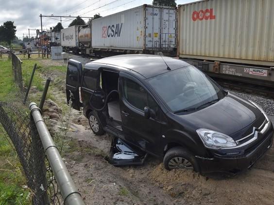 Stomdronken automobilist rijdt door hek en belandt op spoor in Oisterwijk