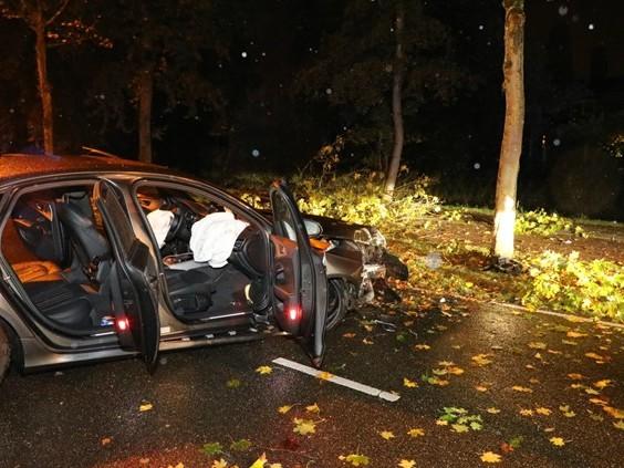 Auto botst tegen boom in Waalwijk, twee gewonden naar ziekenhuis