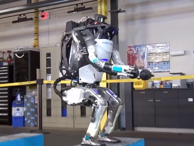 Robot Atlas z Boston Dynamics nauczył się skakać i robić salta