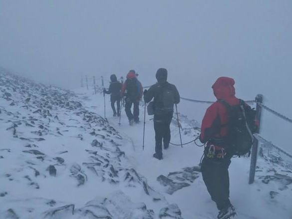 """Niedzielni turyści nie boją się zimy w Karkonoszach. """"Głupota panoszy się w górach"""""""