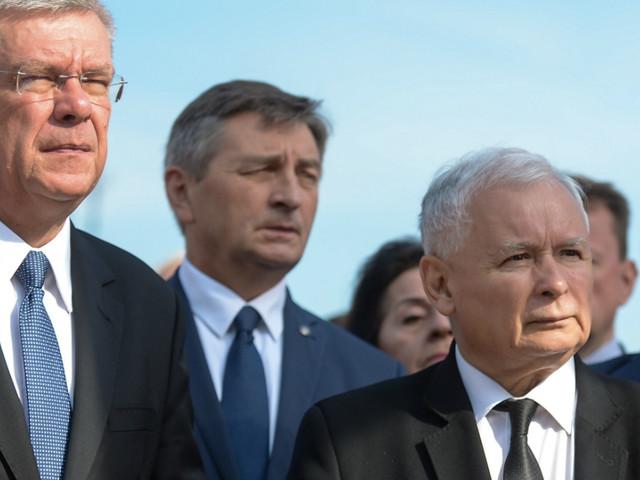 87. miesięcznica smoleńska. Rządowe obchody i kontrmanifestacje na Krakowskim Przedmieściu