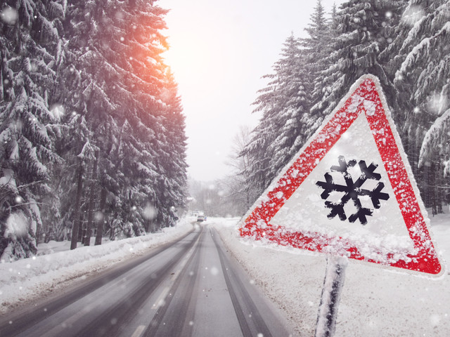 Śnieg a przepisy drogowe. Niebezpieczeństwa i korzyści z zasłoniętych znaków