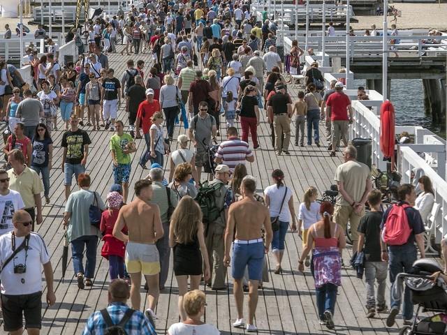Wakacje 2021. Turyści przesadzają. Półnadzy spacerują po ulicach