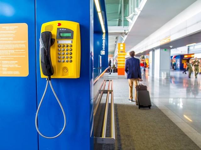 Automaty telefoniczne na Lotnisku Chopina. Na komórki i stacjonarne zadzwonisz za darmo