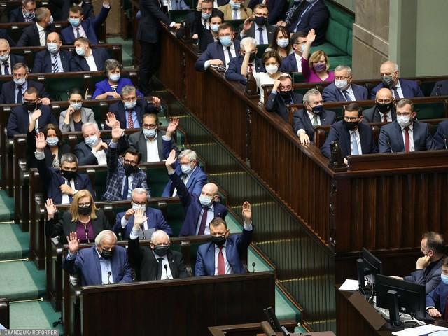 Najdroższy rząd w historii? Posłowie lgną do ministerstw. Kuszą ich wpływy i pieniądze
