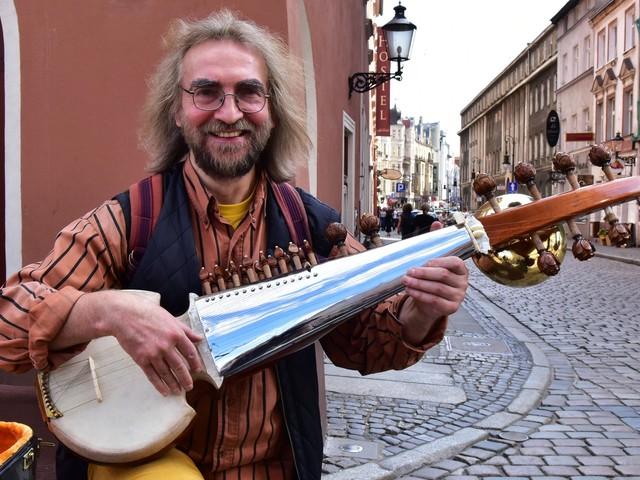 Hinduskiej publiczności spodobały się Leśmian i muzyka z Wielkopolski - rozmoa z Waldemarem Rychłym