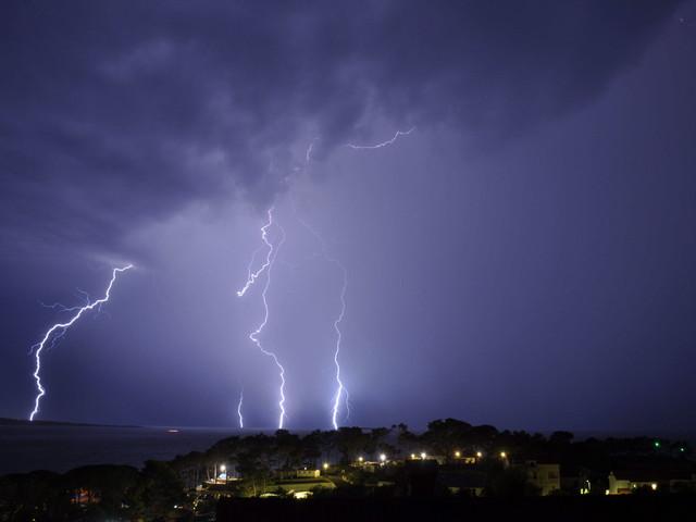 Upały, błyskawice i ulewny deszcz. Najwyższy stopień zagrożenia