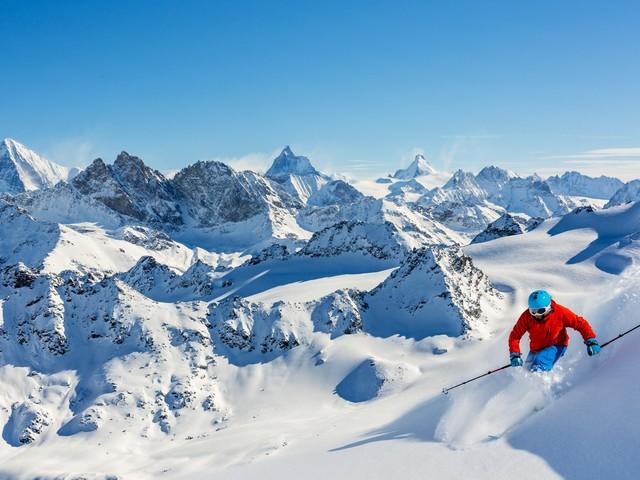 Ile w tym roku kosztuje wyjazd na narty? Sprawdzamy opcje z dojazdem własnym, samolotem i autokarem