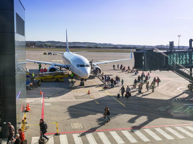 Pasażer samolotu przyłapany na paleniu. Został wyprowadzony przez Straż Graniczną