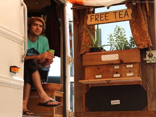 Od ponad dekady podróżuje, a po drodze parzy ludziom darmową herbatę