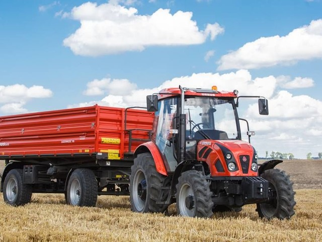 Miotła w traktorze. Rolnicy nie zawsze pamiętają, że nie wolno zaśmiecać dróg
