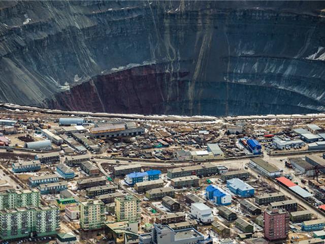 Gigantyczna dziura w środku miasta. Jest tylko jeden sposób, by tam wejść