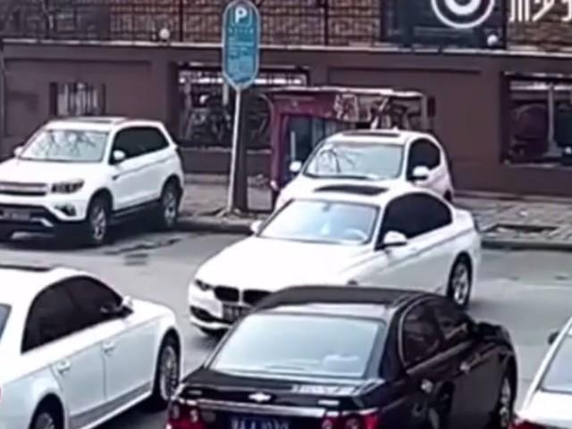 To najgorsze parkowanie w historii. Kierowca BMW daje popis umiejętności