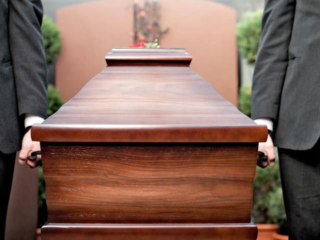 Bójka na pogrzebie. Skandaliczne nagranie z Glasgow