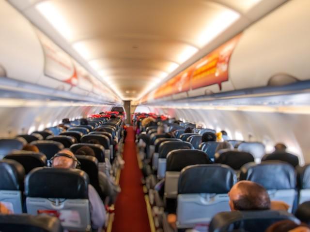 5 rzeczy, których lepiej nie robić w samolocie. Eksperci radzą