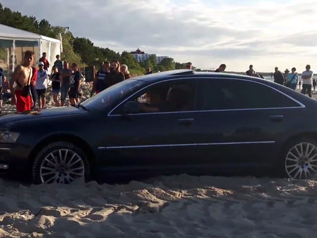 #dziejesiewmoto: limuzyna na plaży, policyjna kontrola policji i niebezpieczny pasażer