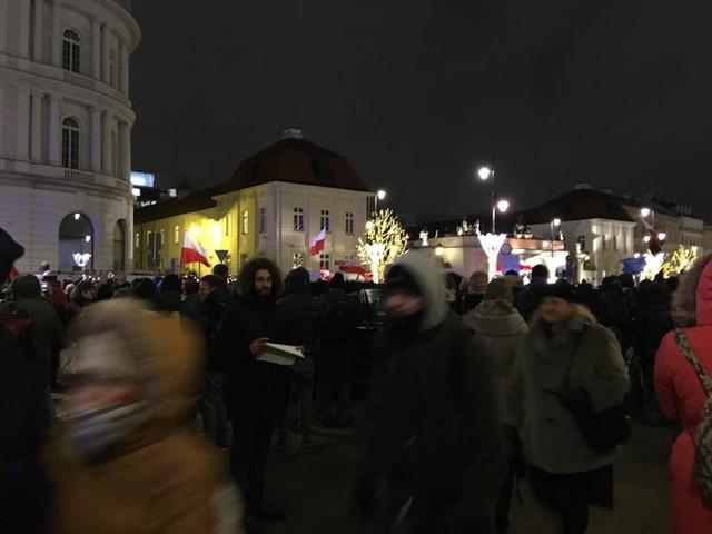 Trwa protest przeciwko zmianom w sądownictwie. Jesteśmy przed Pałacem Prezydenckim