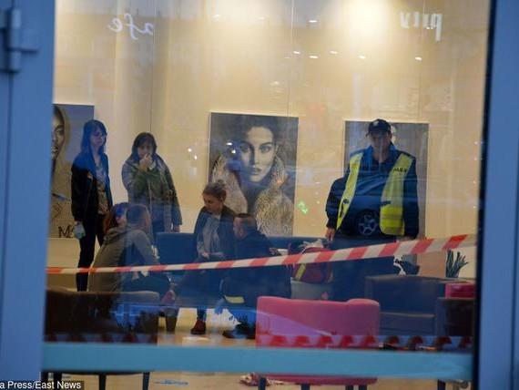 Atak nożownika w Stalowej Woli. Napastnik był zaskoczony zachowaniem jednego z klientów i zrezygnował z zadania ciosu