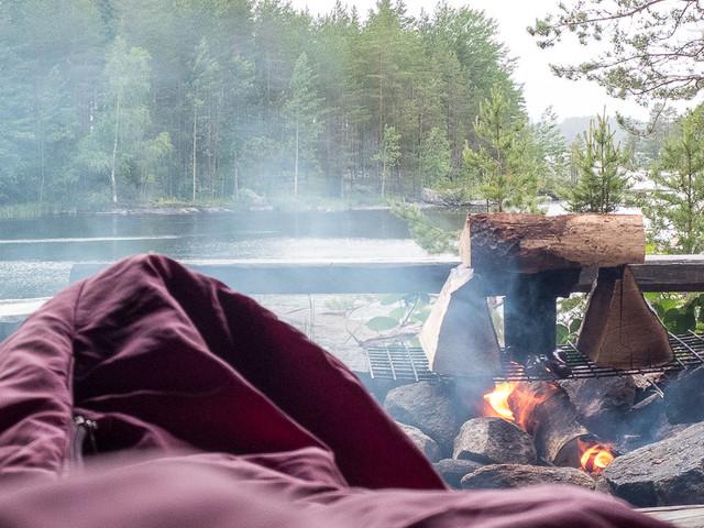 Darmowe miejsca biwakowe i chatki Finlandii. Pozostaje tylko porąbać drewno