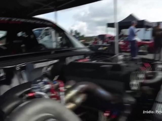 Niezwykle zmodyfikowana ciężarówka, przelot przez środek ronda i małe Volvo z podzespołami z bolidu F1