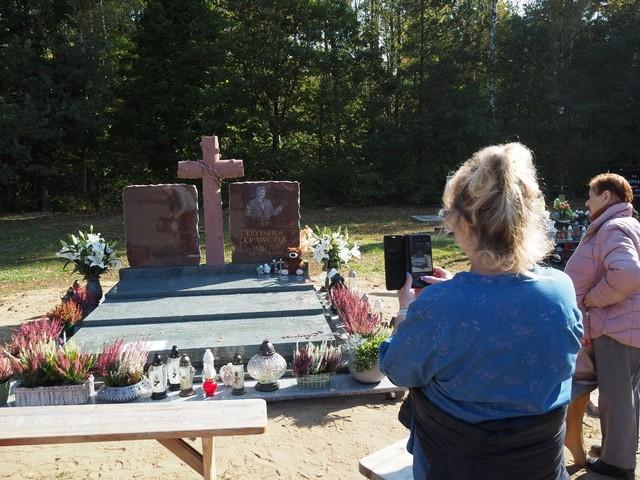 Nagrobek Krzysztofa Krawczyka na cmentarzu w Grotnikach koło Łodzi. Pomnik Krzysztofa Krawczyka stanął przed Wszystkimi Świętymi