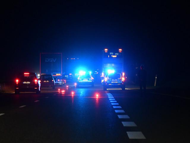 Buss och bilar körde in i bildelar på E22 utanför Lund