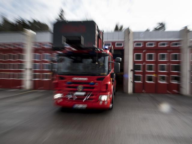 Familj räddades från balkong efter lägenhetsbrand