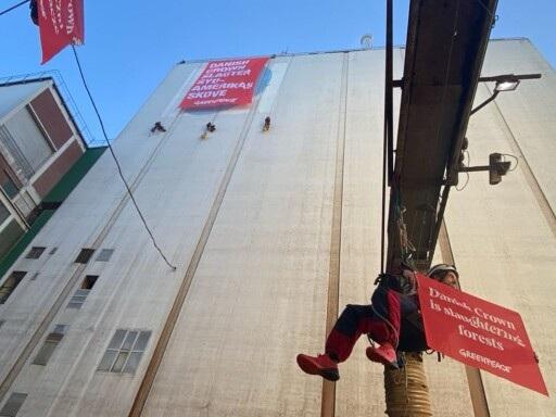 BILDEN: Här hänger boråsaren i fyra timmar – arresteras efteråt