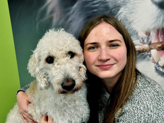 Elsa kunde inte gå i skolan – med hunden Harry förändrades allt