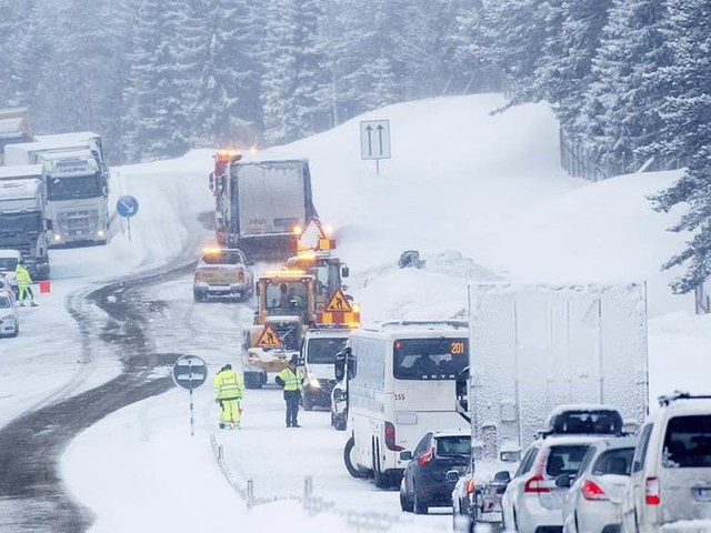 Lastbilsförare misstänkt för brott efter dödsolycka