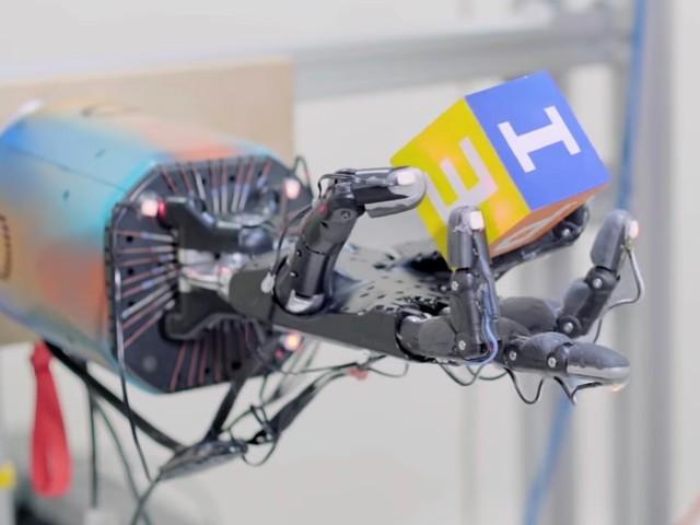 OpenAI lärde robothand nästan mänsklig fingerfärdighet