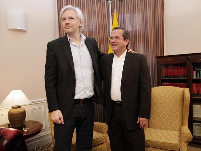 Julian Assange blir av med sitt medborgarskap i Ecuador