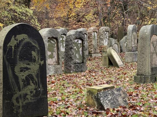 Skadegörelse på judiska gravar – två gripna