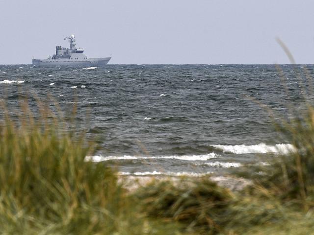 Polisen söker föremål längst kusten