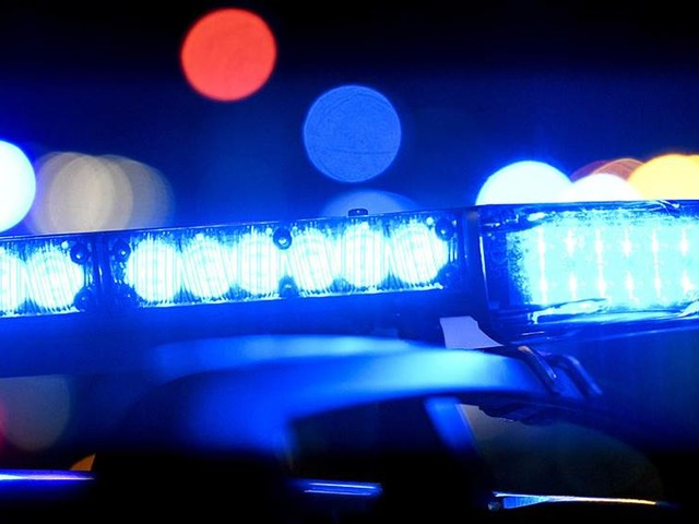 Polisjakt efter svärdbeväpnade rånare