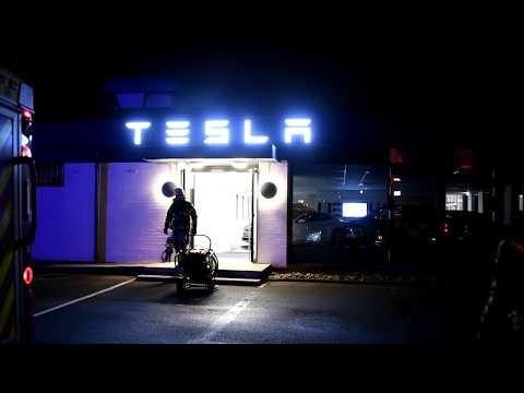 Teslas nyöppnade servicecenter brann ikväll