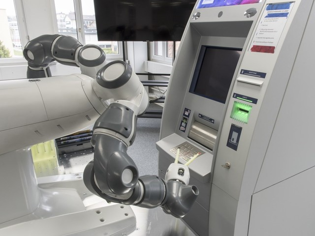 Roboten Yumi testar bankomater 24 timmar om dygnet
