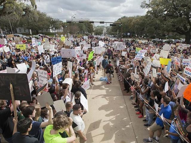 Elever pressar politiker om vapenlagar