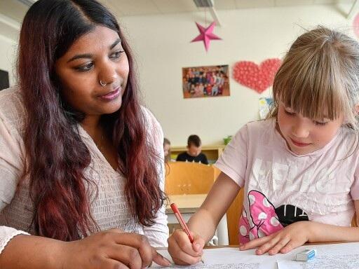 Minska inte antalet elevassistenter i Borås stad