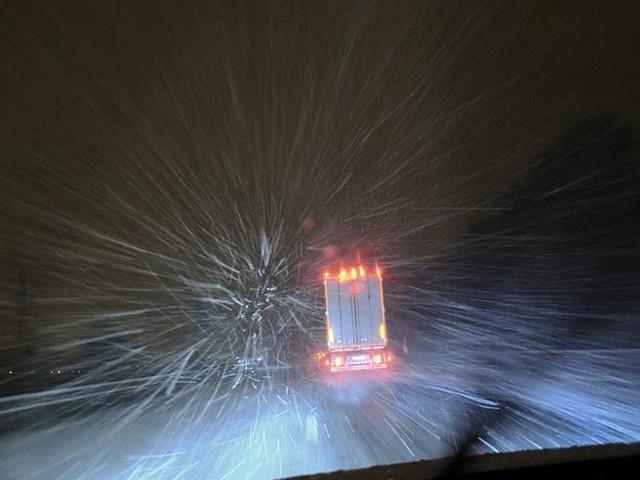 Lastbilar i snö stoppade trafiken