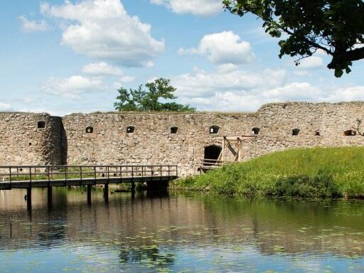 Brister på slottsruinen åtgärdade - öppningen i helgen räddad