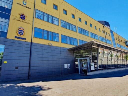 Man med flera knivar på Teleborg – tagen av polis