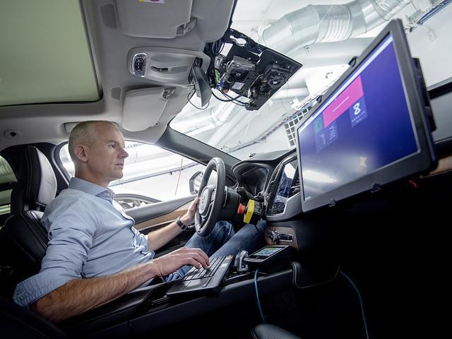 Självkörande Geelybilar får svensk mjukvara