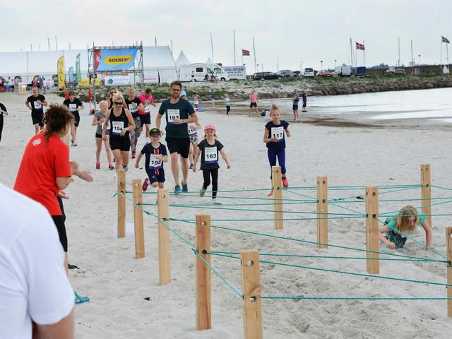 200 barn och vuxna korsade hinder på Lomma beach
