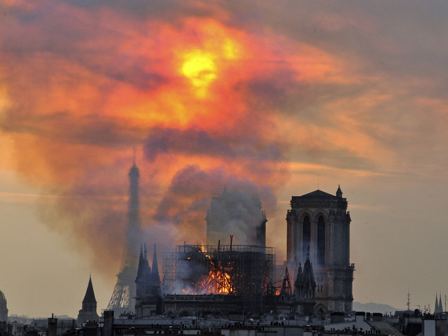 Notre-Damebrand blir tv-serie