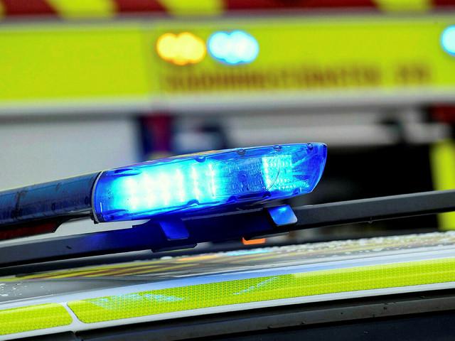 Ungdomar kastade stenblock mot körande bil